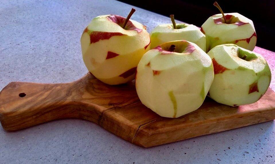 Äpfel vorbereitet für Tarte-Tatin